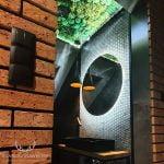 Kompozycja mech poduszkowy i płaski - aranżacja wnętrza loft industrial